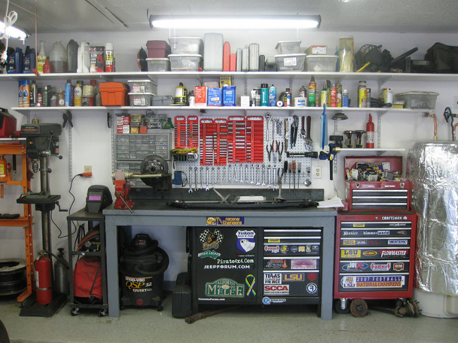 Как оборудовать рабочее место в гараже своими руками 35