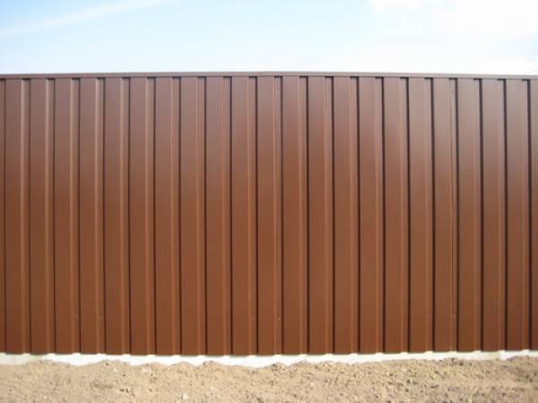 Забор с продольным расположением рельефных линий