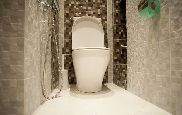 tualet-plyazh-vid-snizu-devushki-doyat-parnya