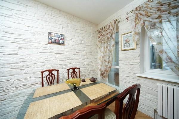 Белый декоративный камень на кухне