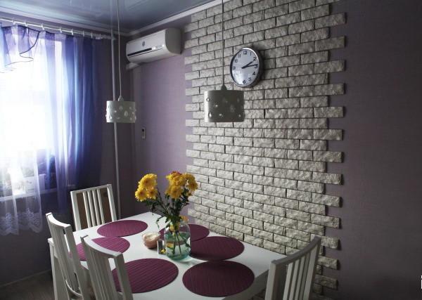 Отделка стен декоративным камнем и обоями в зале 15