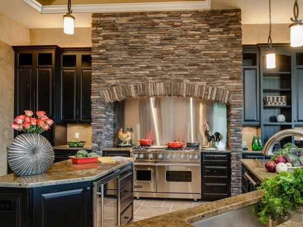 Очаг из декоративного камня на кухне