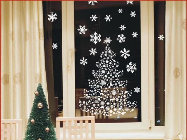Белая новогодняя наклейка на окне