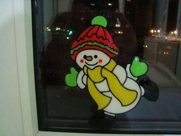 Новогодняя наклейка снеговик
