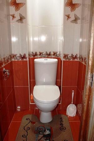 Badezimmer Dekoration Muss Nicht Langweilig Und Langweilig Sein. Fliesen In  Weißen Und Roten Farben Machen Das Innere Bunt.