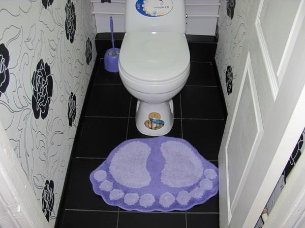 Reparatie in de foto van de toilettegel