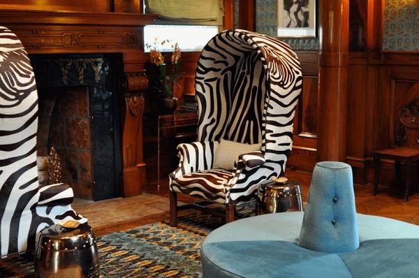 Принт зебра в колониальном интерьере
