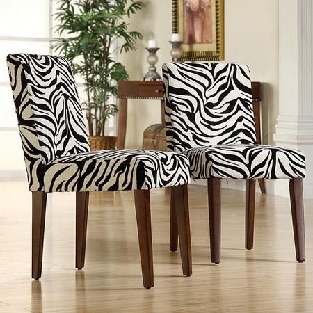 Принт зебра на обивке стульев