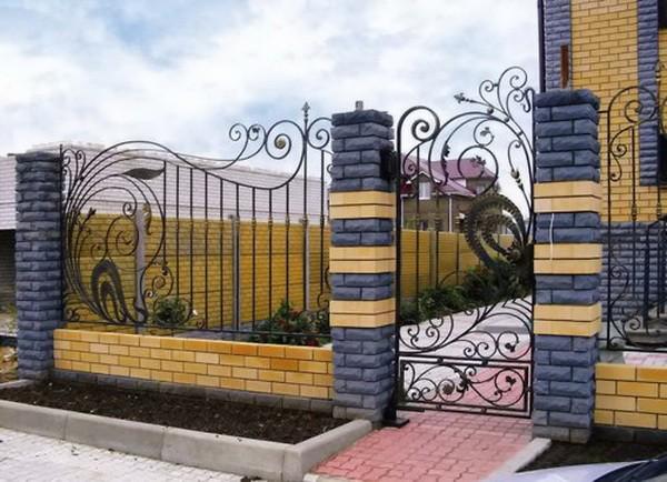 Двухцветный забор из кирпича и ковки