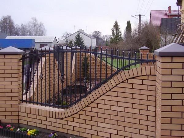 Необычный забор из кирпича и ковки