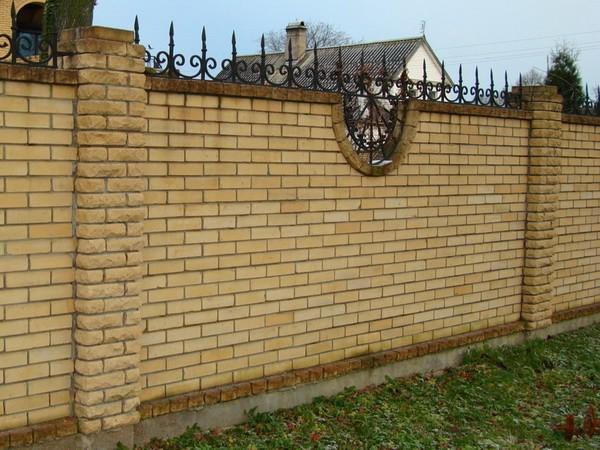 Надежный забор из кирпича и ковки