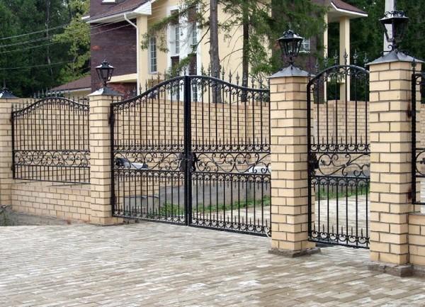 Классический забор из кирпича и ковки