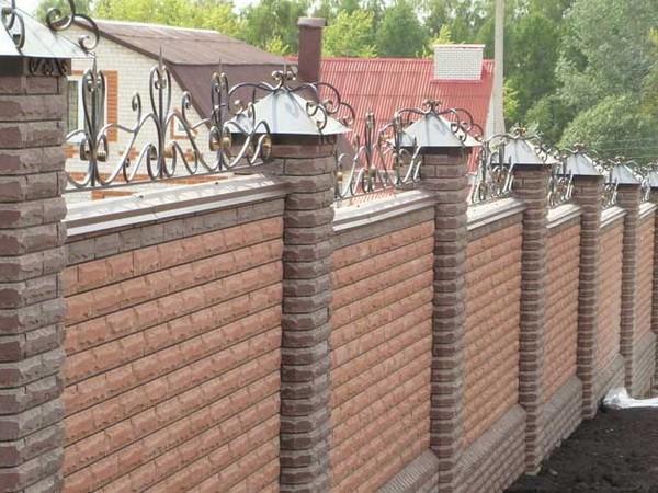 Каскадный забор из кирпича и ковки