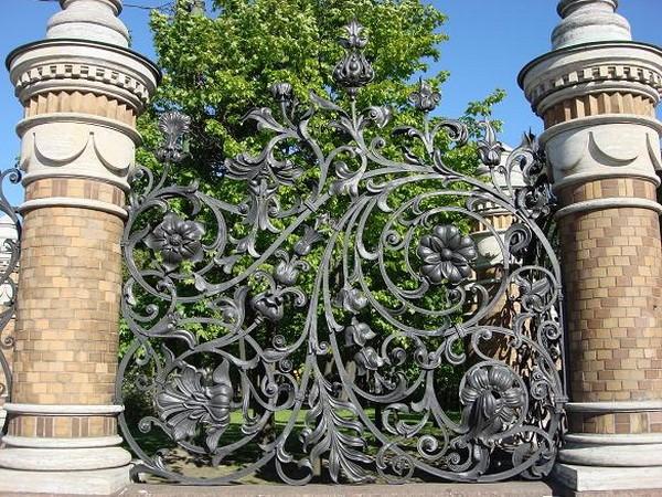 Роскошный забор из кирпича и ковки