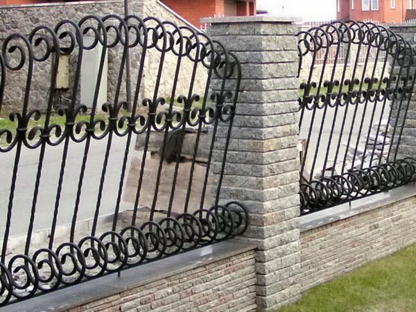 Забор из кирпича и ковки с завитками