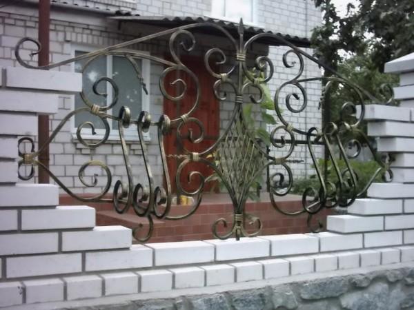 Красивый забор из кирпича и ковки