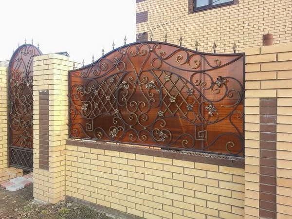 Забор из кирпича и ковки с поликарбонатом