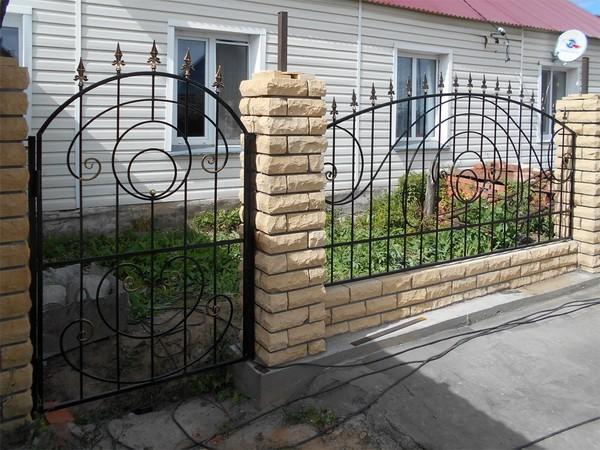 Забор из кирпича и ковки с простым узором