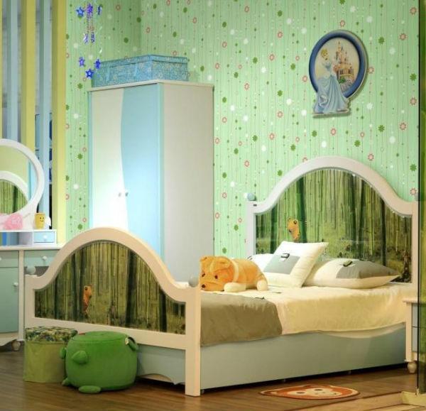 Интерьер с зелеными обоями в спальне
